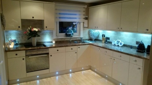 Updated kitchen with new door fronts. Extras inc Flooring, Tiled splashback, Plinth and pelmet lighting
